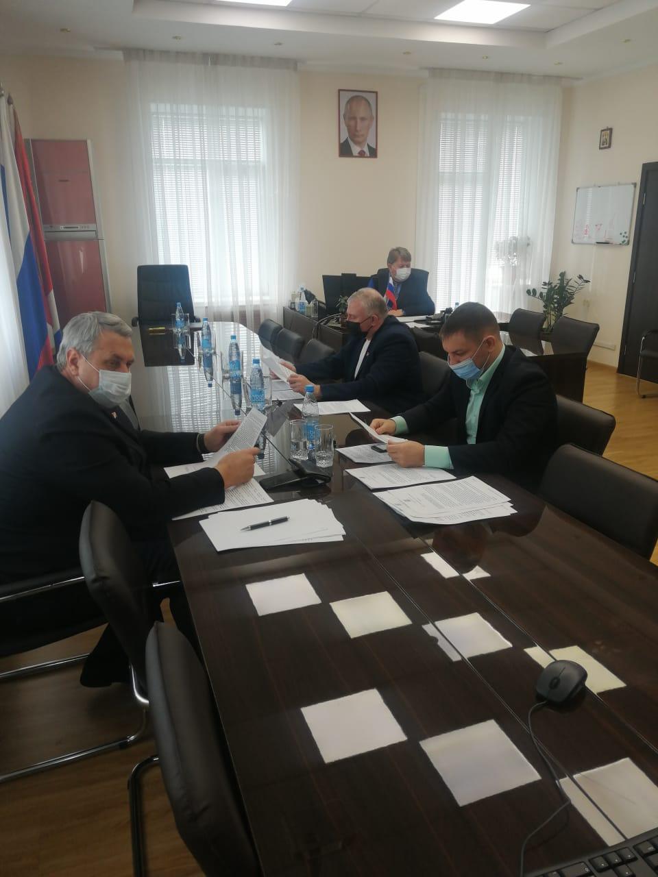 Сегодня на внеочередном заседании Думы депутаты рассмотрели 14 вопросов.
