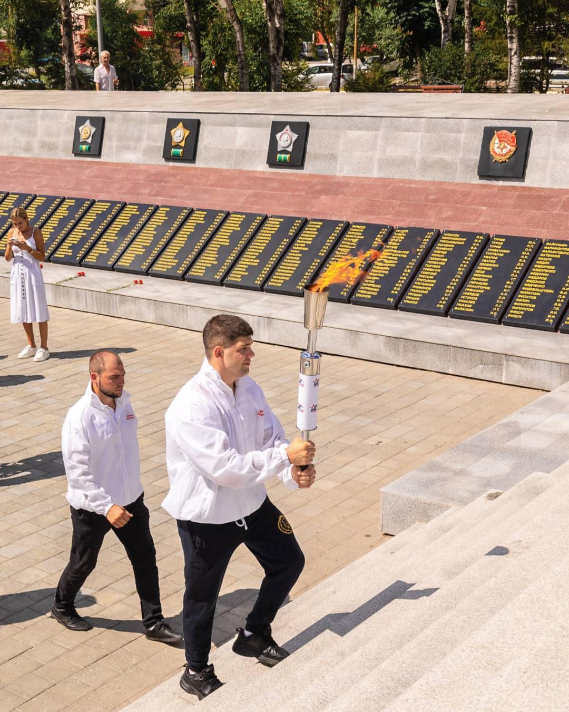 Эстафету пламени Победы ветеран Великой Отечественной войны Андрей Иванович Балакин передал артемовской молодежи.